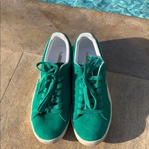 Brand new pepper green Clyde Puma sneakers (suede)